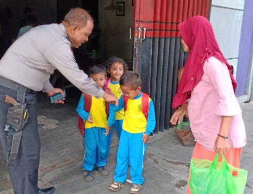 Wujud Cinta kepada Anak,polisi berikan nasehat pada anak usia dini.