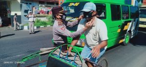Pembagian masker dari kapolres jember kepada warga masyarakat pengguna jalan raya