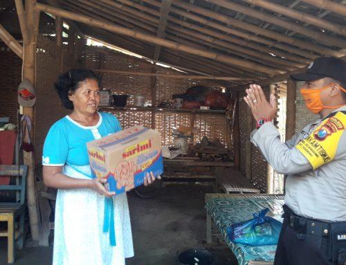 Bhabinkamtibmas Desa Rejoagung bagikan sembako gratis kepada kaum dhuafa Desa binaan.