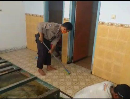Polsek Semboro beserta relawan firstone lakukan pembersihan masjid.