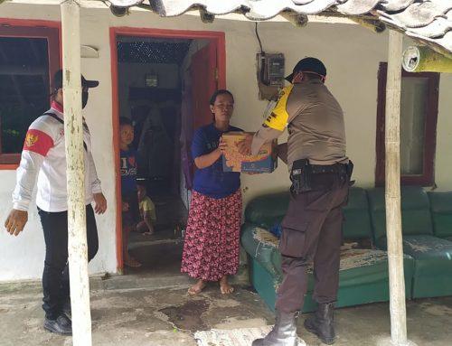 Polsek Semboro bagikan sembako gratis kepada kaum dhuafa Desa Sidomulyo.