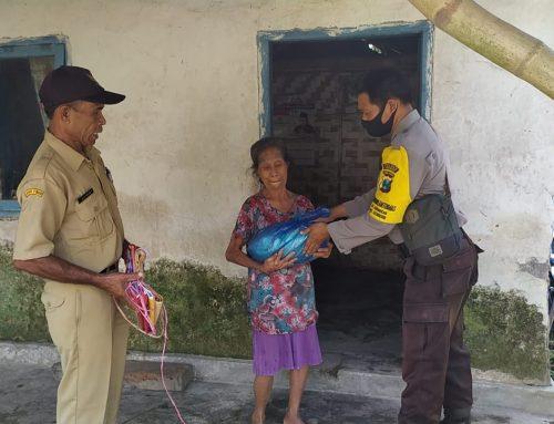 Bhabinkamtibmas Desa Sidomekar bagikan sembako gratis kepada kaum dhuafa di Desa binaan.