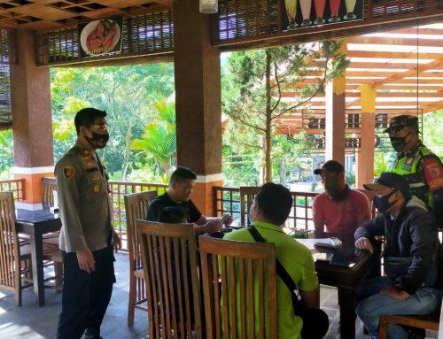 Kapolsek sempolan berikan himbauan ke Kafe gumitir,ingatkan protokol kesehatan kepada pengunjung.
