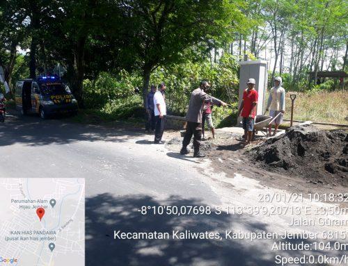 Bahayakan Pengendara, Polisi Ini Atasi Material Pasir Yang Berhamburan Di Jalan